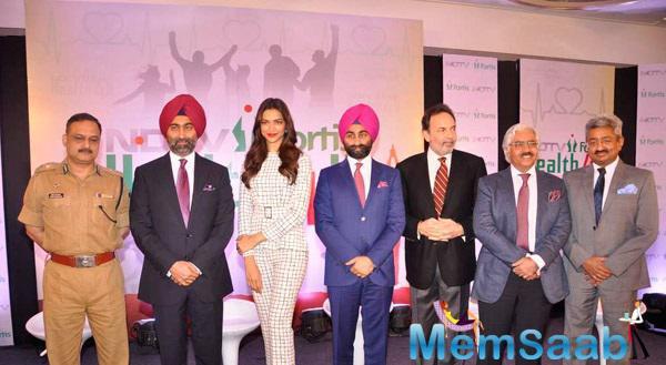 Deepika Padukone Posing With Group NDTV Fortis Health4U