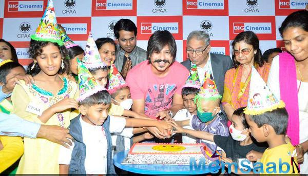 Vivek Oberoi Cuts The Cake With Kids On His 33rd Birthday