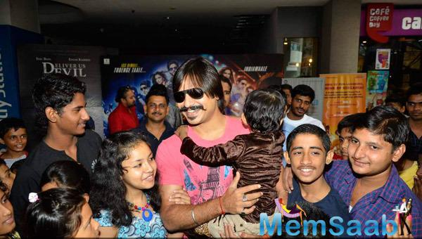 Vivek Oberoi Flashes Smiling Pose With Kids During His 33rd Birthday Celebration