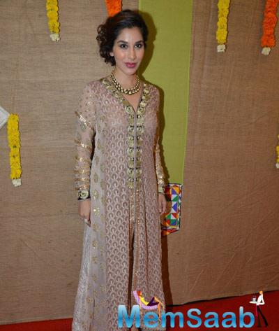 Sophie Choudry Posing For Shutterbuggs At Gujarati For Gujarati Jalso Concert