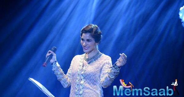 Sophie Choudry Sings A Gujarati Song Live For The First Time
