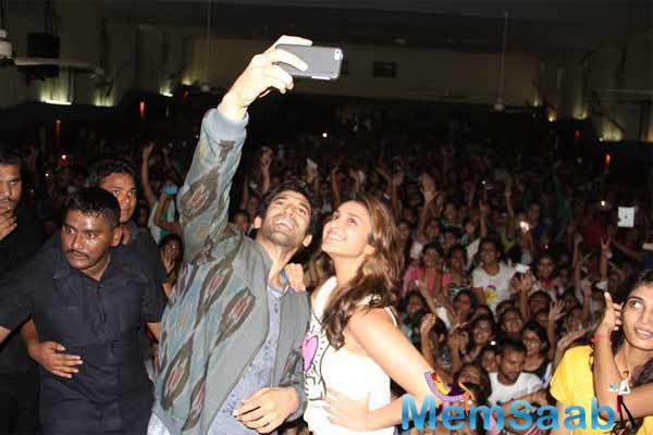 Aditya And Parineeti Take A Selfie During The Food Yatra For Daawat-e-Ishq