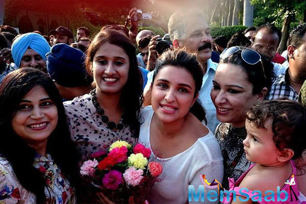 Parineeti Pose With Her Fans During The Last Day Food Yatra Of Daawat-e-Ishq