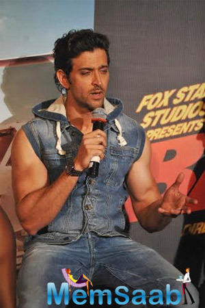Hrithik Roshan Gossip With Media And Fans About His Movie Title Track Shoot