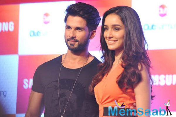 Shahid Kapoor And Shraddha Kapoor Posed For Camera At The Launch Of Club Samsung