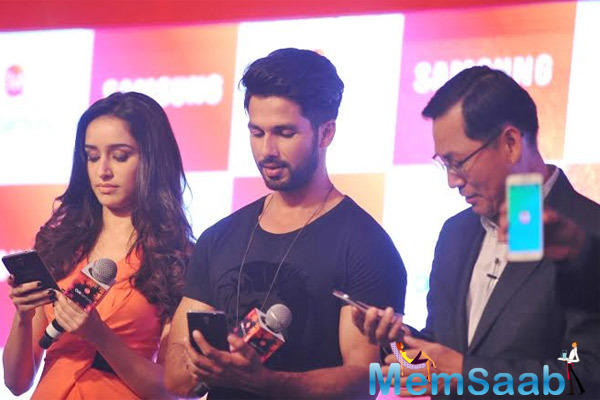 Shraddha Kapoor And Shahid Kapoor Check The Samsung Phone At The Launch Of Club Samsung