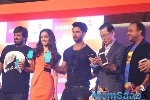 Wajid Ali,Shraddha Kapoor And Shahid Kapoor Posed With Samsung Phone During The Promotion Of Haider At Club Samsung Launch