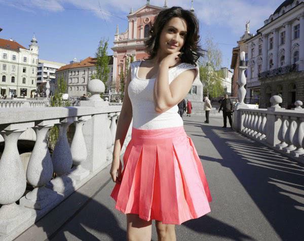 Kriti Kharbanda Cool Romantic Look From Kannada Movie Super Ranga