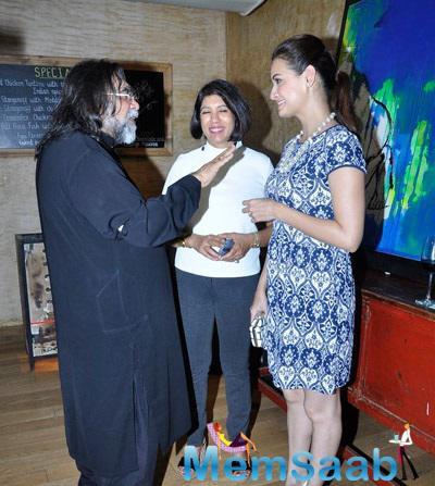 Dia Mirza Gossips Still At Jayam Lamba's Art Exhibition In Colaba