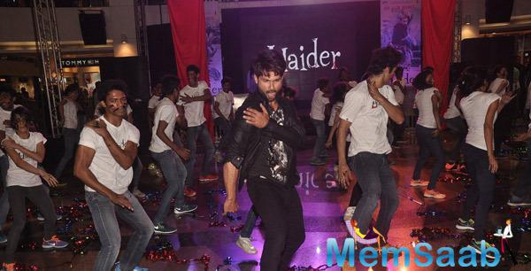 Shahid Kapoor Rocking Dance Performs With The Flash Mob At Haider Song Launch