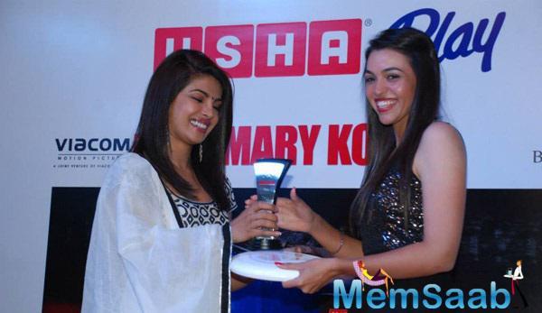 Priyanka Chopra Pose With Trophy At Usha Event In Mumbai