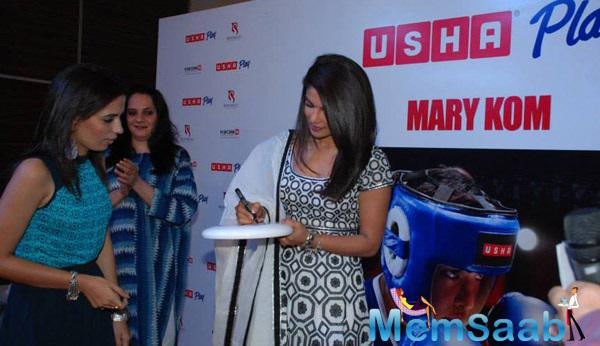 Priyanka Gives Autograph During Celebration The Success Of Mary Kom