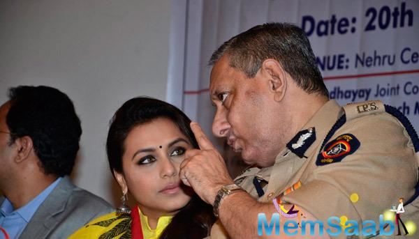 Rani Mukerji Deep Conversation With Mumbai Police Commissioner Rakesh Maria During Make Way For Ambulance Awareness Program