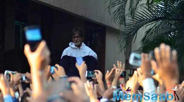 Like Every Sunday Amitabh Bachchan Meet His Fans Outside Of His House