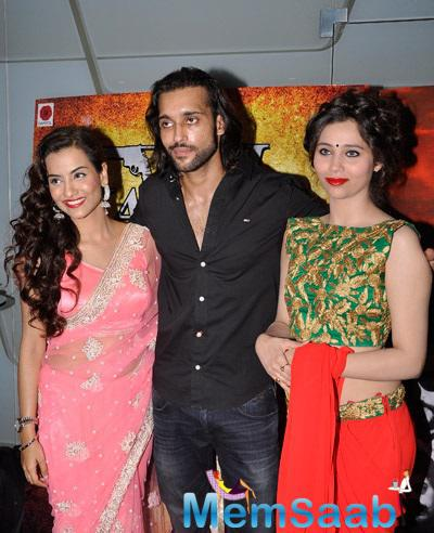 Akhil Kapur Pose With Hot Beauties During The Special Screening Of Desi Kattey