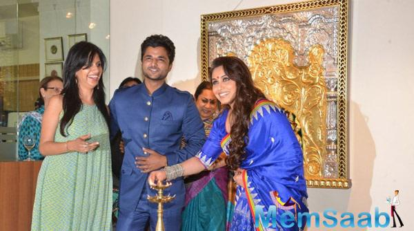 Rani Mukerji Inaugurate The Art Exhibition By Lighting The Lamp