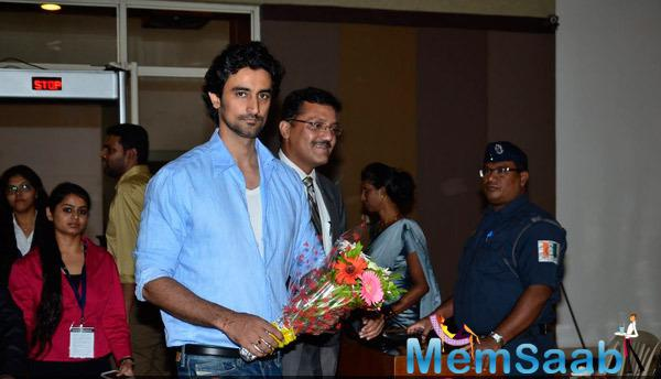 Kunal Kapoor Posed With Bouquet During Giving Back NGO India 2014 Event