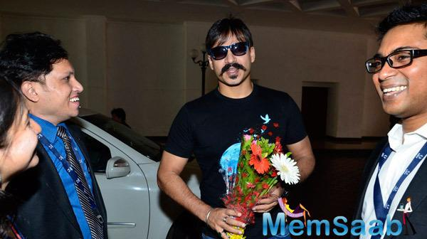 Vivek Oberoi Welcomed With Bouquet During Giving Back NGO India 2014 Event