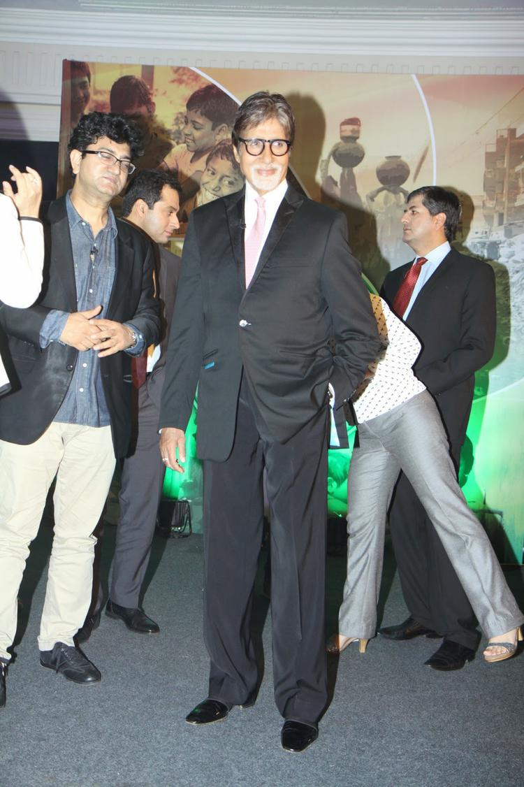 Amitabh Bachchan Posed For Media During The Launch Of Dettol Banega Swachh India