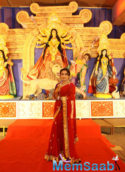 Rani Mukerji Posed In Red Carpet In Front Of The Deity During Durga Puja