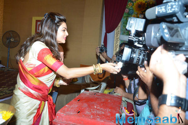 Sushmita Interact With Media During North Bombay Sarbojanin Durga Puja Pandal
