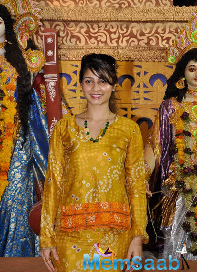 Tanishaa Mukerji Cute Smiling Pose During Durga Puja Celebration