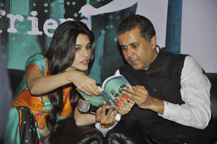 Kriti Sanon And Chetan Bhagat In Deep Discussion During The Launch Of Chetan Bhagat Half Girlfriend Book