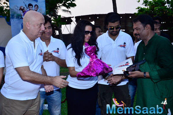 Anupam Kher And Neha Dhupia Gave Gifts To The Public At The Promotion Of Ekees Topn Ki Salami
