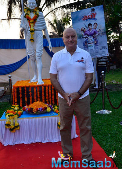 Anupam Kher Posed In Front Of The Mahatma Gandhi Idol During The Promotion Of Ekees Topn Ki Salami