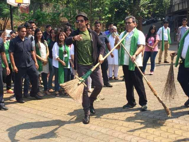 Hrithik Roshan And Subhash Ghai Led Clean India Camapaining With Students And Employees Of Whistling Woods Film City