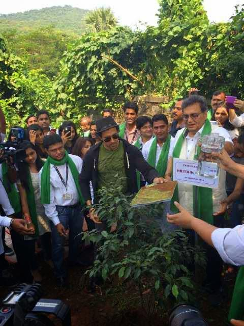 Hrithik Roshan And Subhash Ghai Posed With Students At Whistling Woods