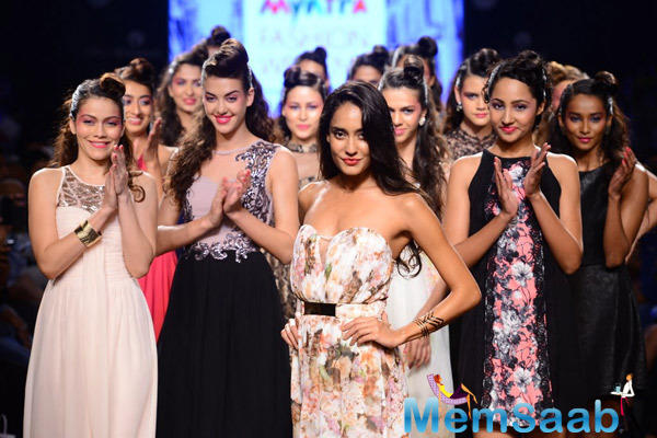 Lisa Haydon Posed With Models At Myntra Fashion Weekend 2014