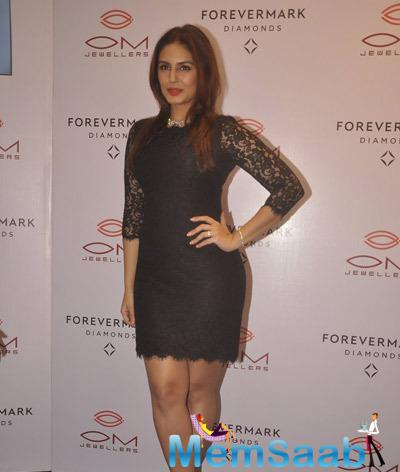 Huma Qureshi Posed for Media At Forevermark Diamonds Festive Collection Launch