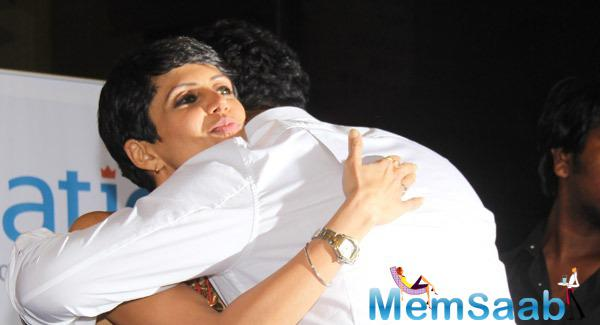 Mandira Bedi Hugs A Friend During Vikram Sathaye Book Launch Event