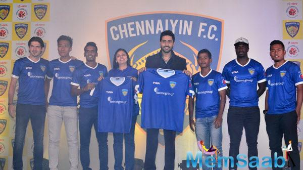 Abhishek Bachchan Pose With ISL Team At Chennaiyin FC Press Meet