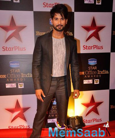 Shahid Kapoor Cool Pose During Star Plus Box Office Awards 2014
