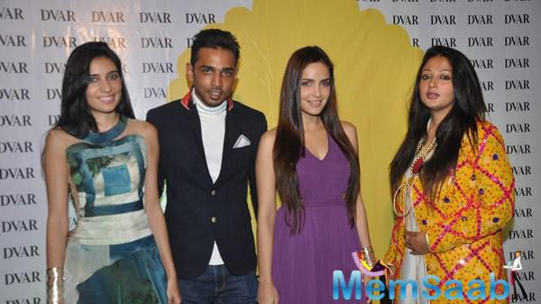 Shazahn Padamsee Posed With Friends During Soniya VEMB Preview 2014