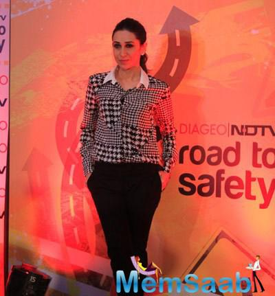 Karisma Kapoor Posed For Camera During The Promotion Of NDTV Road To Safety Campaign