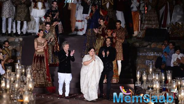 Arjun Rampal On Ramp With Designer Rohit Bal And Singer Shubha Mudgal During The Grand Finale Of WIFW Spring-Summer 2015