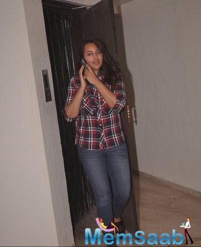 Sonakshi Sinha Busy With Phone During The Special Screening Of Sonali Cable Movie