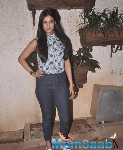 Sonal Chauhan Stylish Pose During The Special Screening Of Sonali Cable Movie