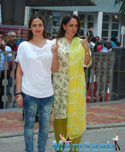 Esha Deol With Mom Hema Malini Came To Cast Their Vote For The Maharashtra Assembly Elections 2014