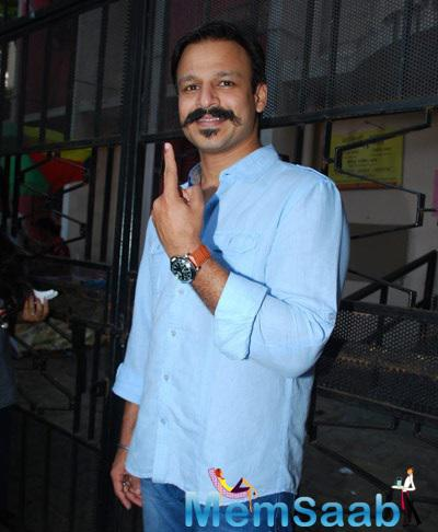 Vivek Oberoi Showing Inked Finger Cast His Vote For Maharashtra State Elections 2014