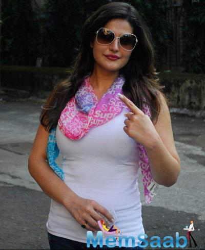 Zarine Khan Cast Her Vote For Maharashtra State Elections 2014