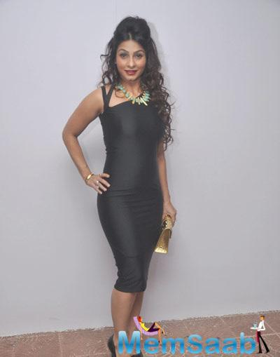 Tanishaa Looks Very Pretty In Cut Black Dress At Idiva Party