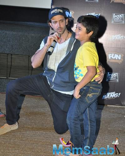 Hrithik Roshan Posed With A Kid During The Special Screening Of Bang Bang For Kids