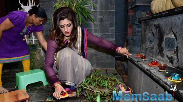 Raveena Tandon Lighting The Diyas At 2014 Diwali Celebrations