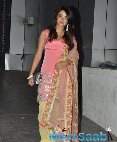 Surveen Chawla Cool Nice Look At 2014 Diwali Bash