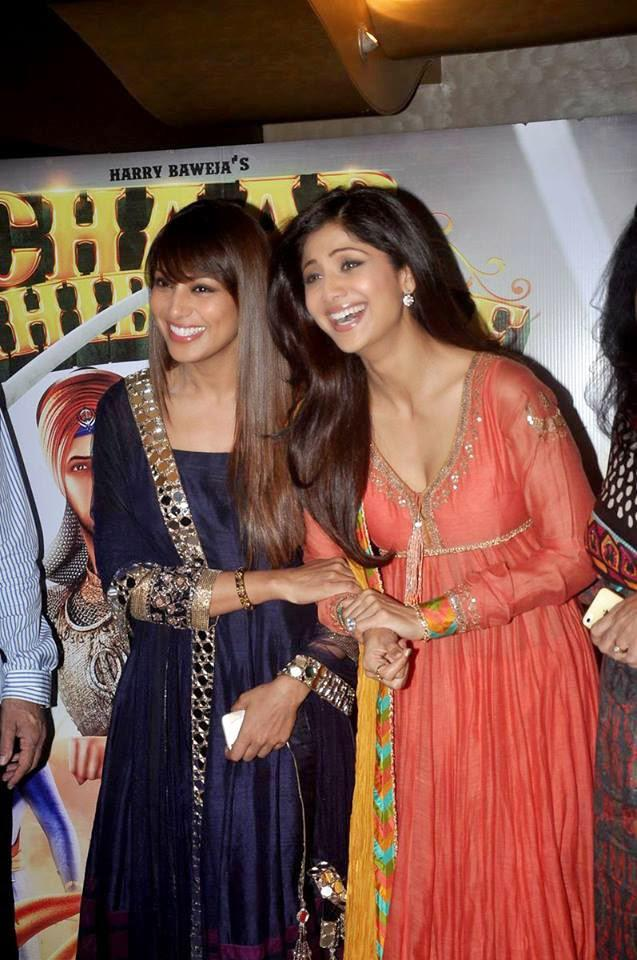 Bipasha Basu And Shilpa Shetty Cool Laughing Look At The Launch Of Chaar Sahibzaade Movie