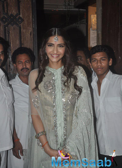 Sonam Kapoor Looked Pretty In Her Anamika Khanna Suit During Diwali Celebration